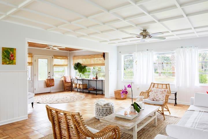 Hibiscus Elegant Midcentury Beachside House