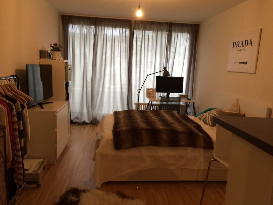 Schlaf- /Wohnbereich mit Zugang zum Balkon und großer Fensterfront