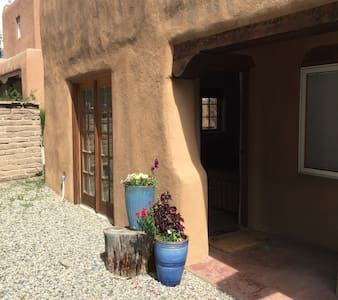 Beautiful Downtown Casita~Quiet St - Taos - Apartemen