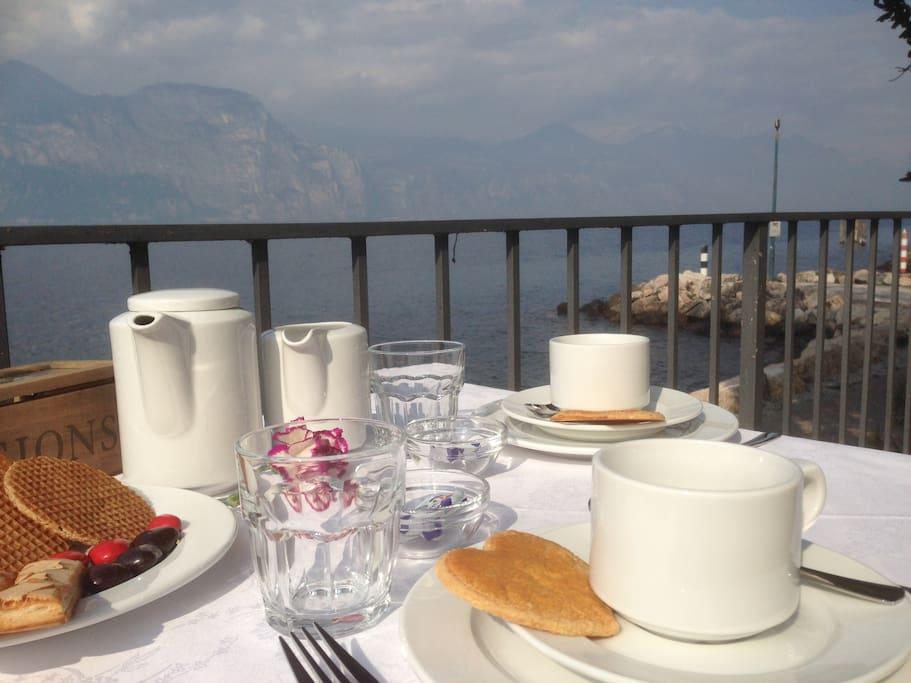 la colazione servita in riva al lago