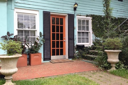 Historic Friday Cottage apartment - Columbia