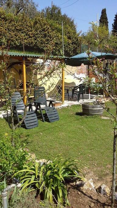 Giardino con pergolato per pranzi all'aperto