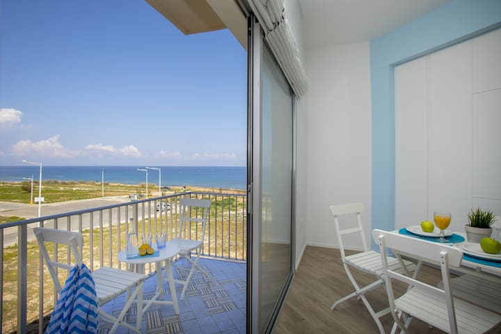 Azure suite, sea view, 2 min walk to the beach - Paralimni - Departamento