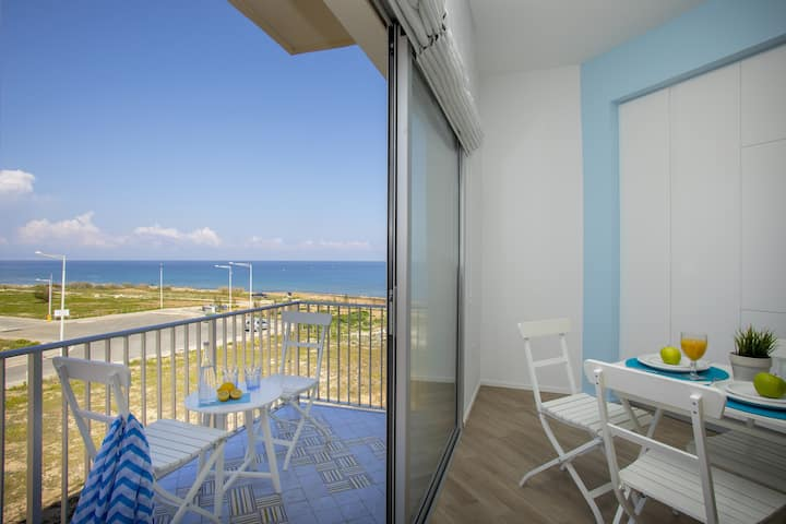 Azure suite, sea view, 2 min walk to the beach
