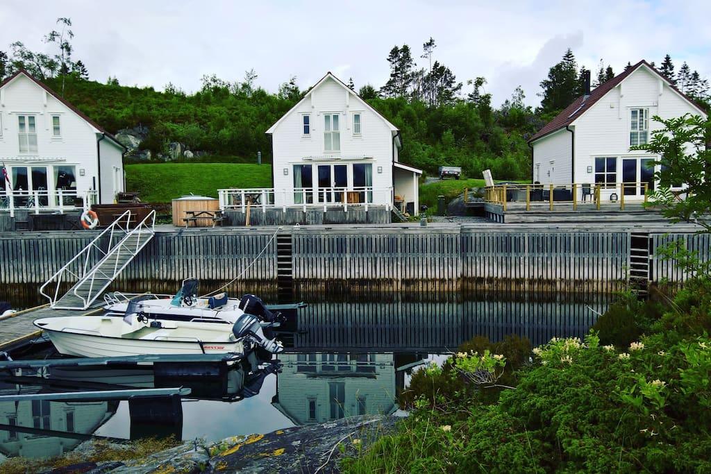 Huset har egen båt som ligger fortøyd flytebrygga. Denne kan også kan leies for et tillegg i prisen.