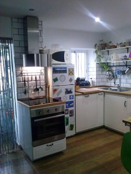 Una acogedora y práctica cocina completamente equipada.