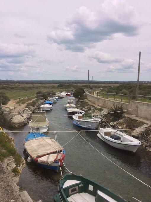 Vista da casa del canale della riserva con le sue barche