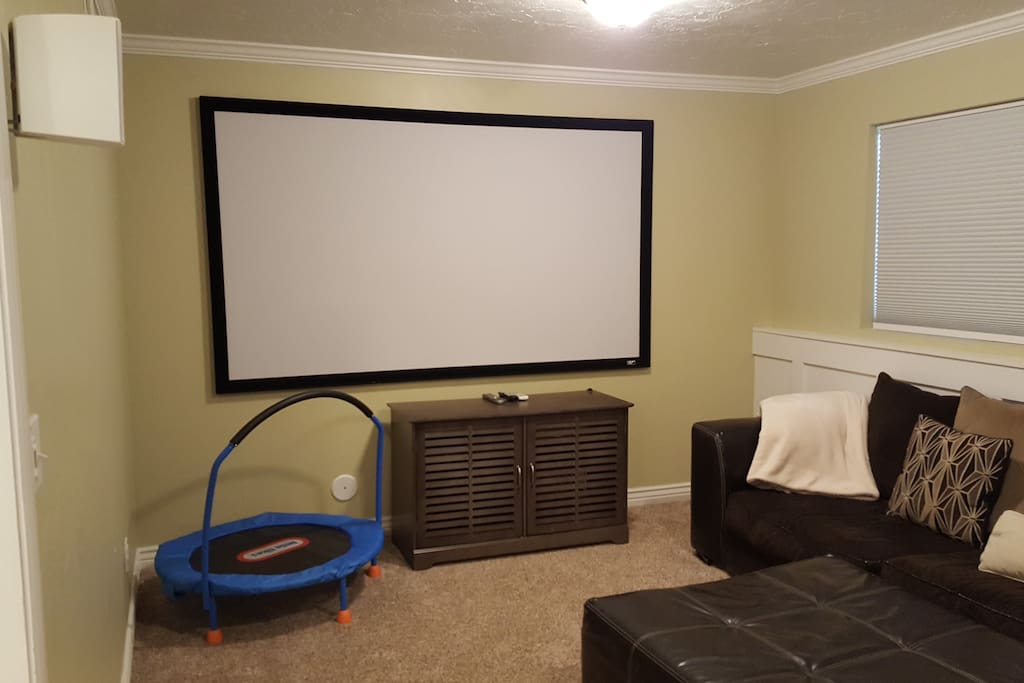 PROJECTOR WITH SURROUND SOUND