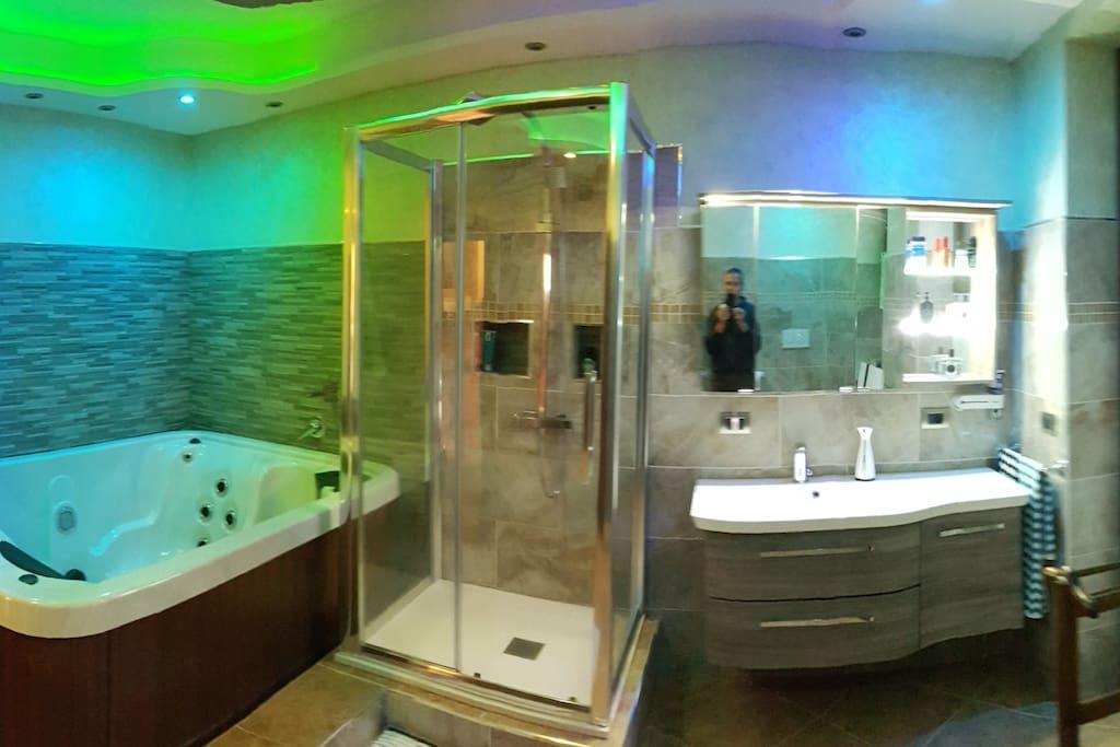 Bagno  con idromassaggio e cromoterapia.