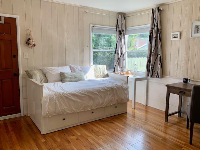 Cozy bedroom + bathroom near Universal Studios