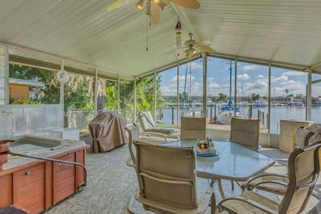 Waterfront, w/hot tub/sleeps 6 bring your boat!