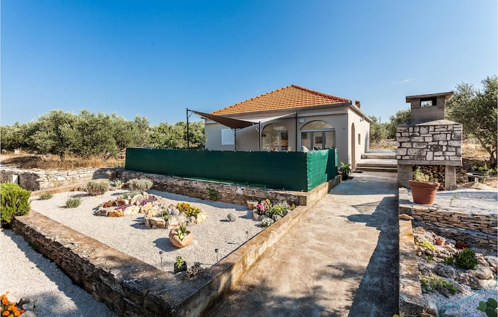 Stunning home in Vela Luka with Jacuzzi and 2 Bedrooms