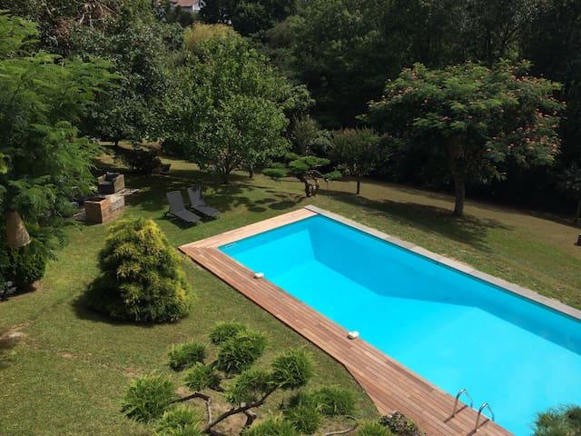 Propriété avec parc et piscine.