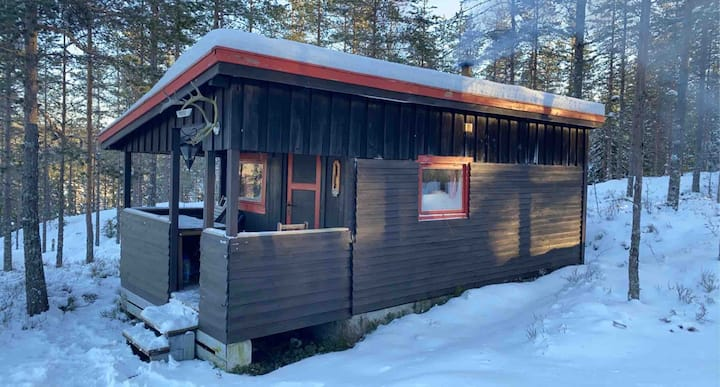 Enkel hytte ved idyllisk elv i blåbærskog!
