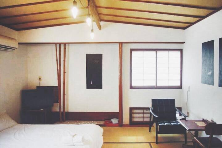 直島や豊島の旅に最適!専用バストイレ付ツインルーム。ベッド2台/和室