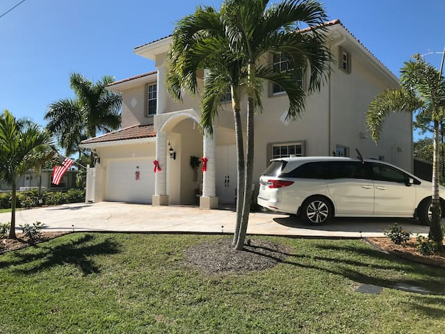 3 mi to 5th & Naples Beach |  Waterfront, 3400 sqf