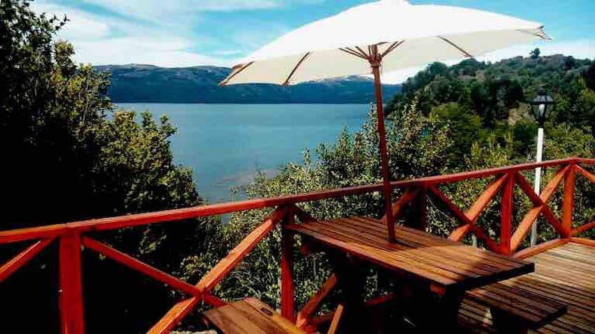 Cabañas sobre el lago Aluminé para 2 o 3 personas.