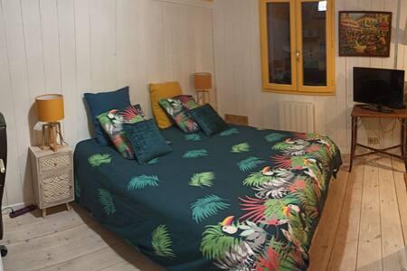 Chambre privative dans une maison avec jardin