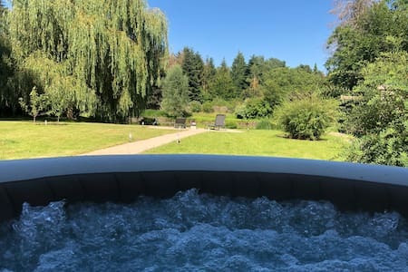 Comfort chalet with jacuzzi, garden and pond