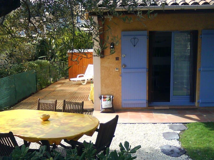 Le jardin avec table et 6 chaises. Olivier centenaire, barbecue électrique, parasols,  2 transats avec cigales comprises tout l'été.