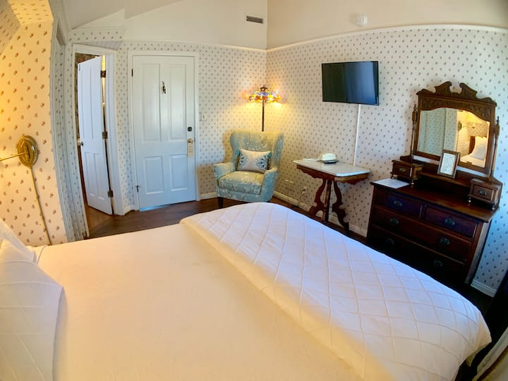 Tiffany Room - Bath Street Inn B & B
