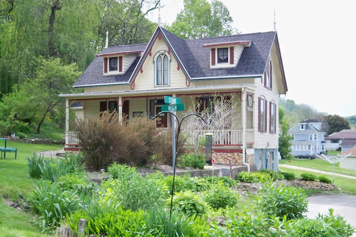 Cute cottage, short stroll to Mississippi River!