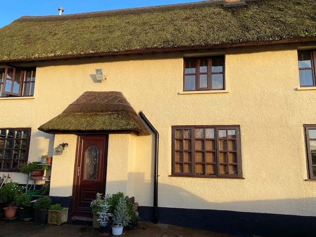 Pretty thatched cottage 2 miles sea-  Otter Valley