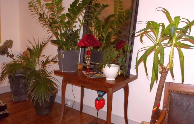 Nid pour deux sous montmartre appartements louer - Nid rouge lincroyable appartement paris ...