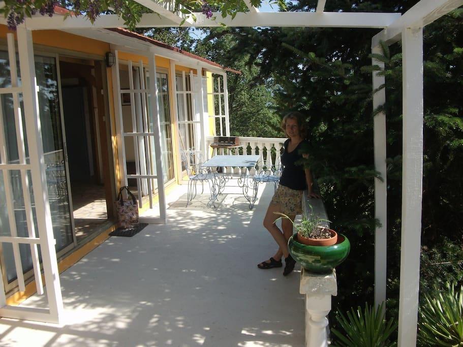 La terrasse avec vue sur le jardin.