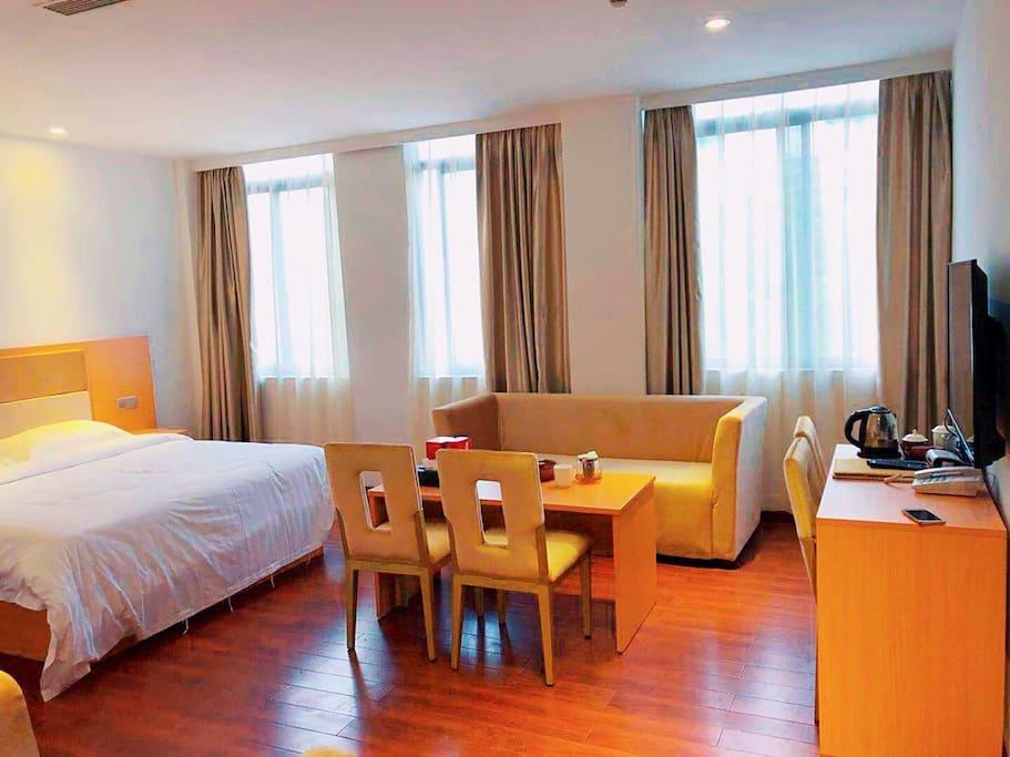 1.8米大床,沙发茶几椅子、书桌写字台电视电话机!