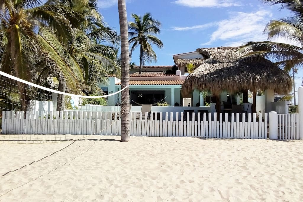 La villa esta ubicada directamente sobre la playa. The villa is located directly at the beach.