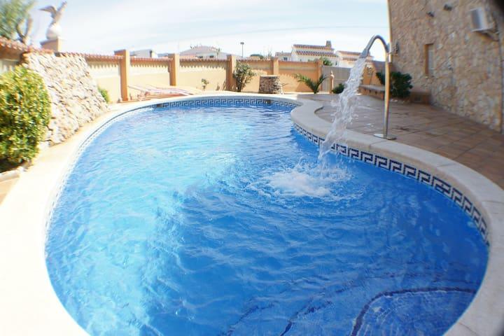 VILLA 8 hab. dobles, wifi, billar, piscina privada