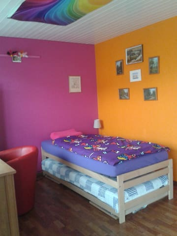"""Rainbow"" room with balcony & wifi - Mellingen - Dům"