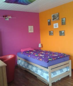 """Rainbow"" room with balcony & wifi - Mellingen - Huis"
