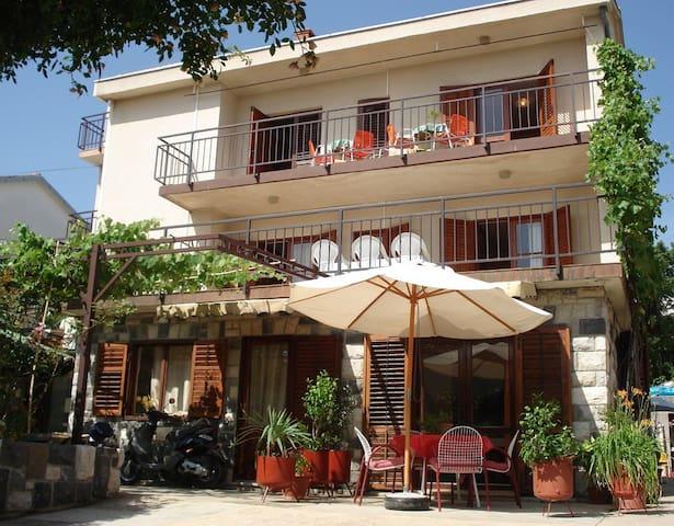 Apartments Miklic 1 front - Dramalj - Huis