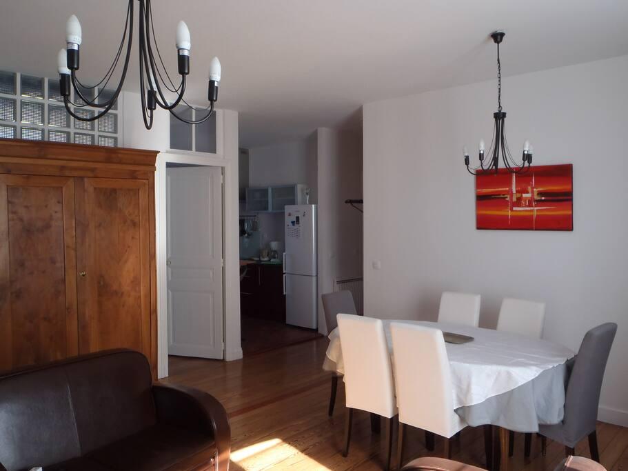 salle à manger, table avec 6 chaises face à la cuisine