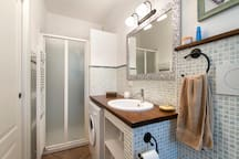 bagno con lavatrice e doccia. bathroom with washing machine and shower.