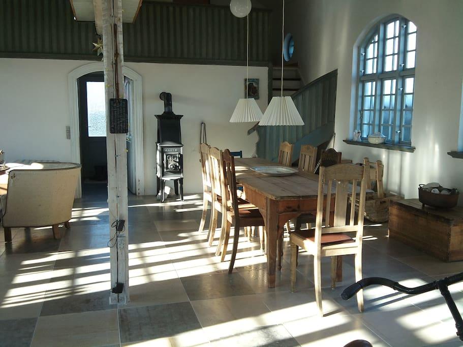 Et stort rum med smukke møbler