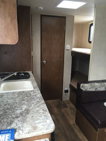 Brand new 20 foot camper, sleeps 5 - 布里斯托爾 - 露營車