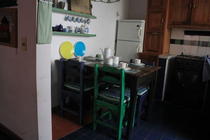 Cocina, comedor, con sus accesorios.