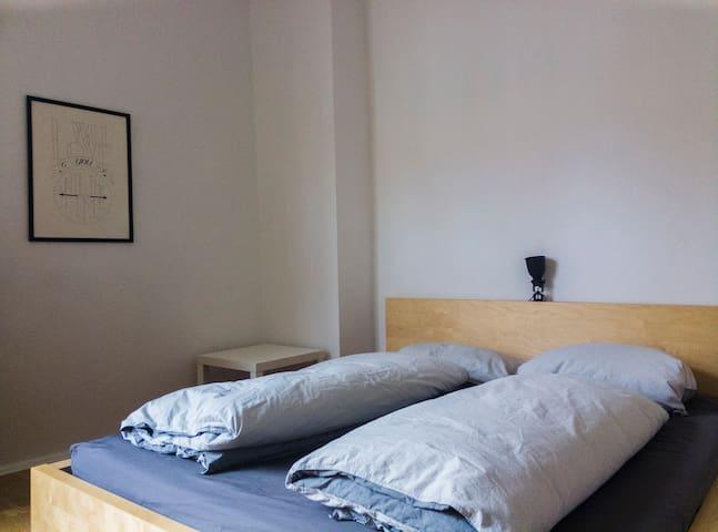 Cosy room in Charlottenburg **close to S+U-Bahn** - Berlijn - Appartement