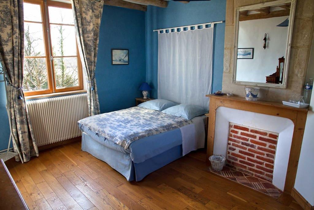 La m zeray chambre bleue chambres d 39 h tes louer for Chambre basse france