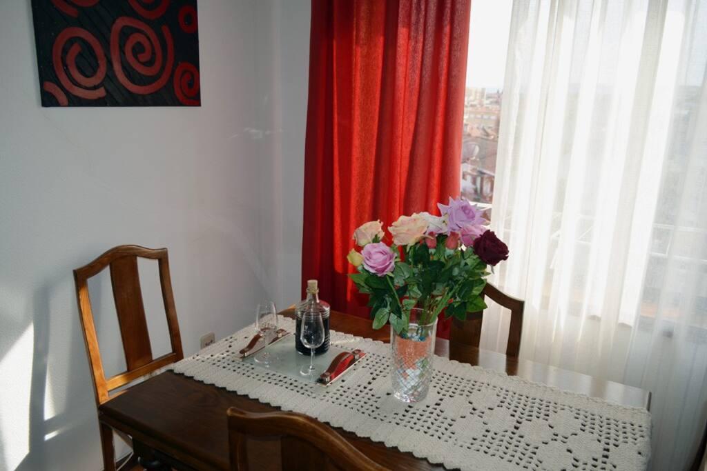 mesa da sala de jantar; oferta de boas vindas com vinho do Porto