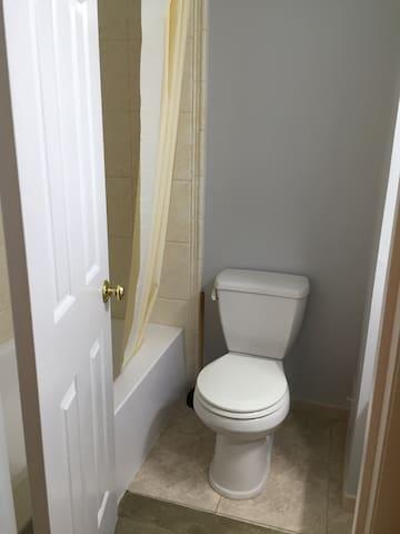 独立卫浴,干净卫生,可以淋浴可以泡汤。
