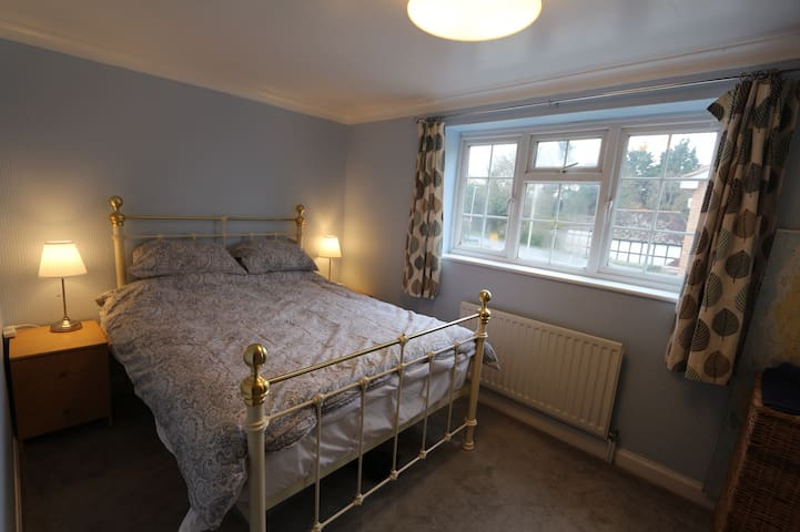 Double room Close to GCHQ, Cheltenham and M5.
