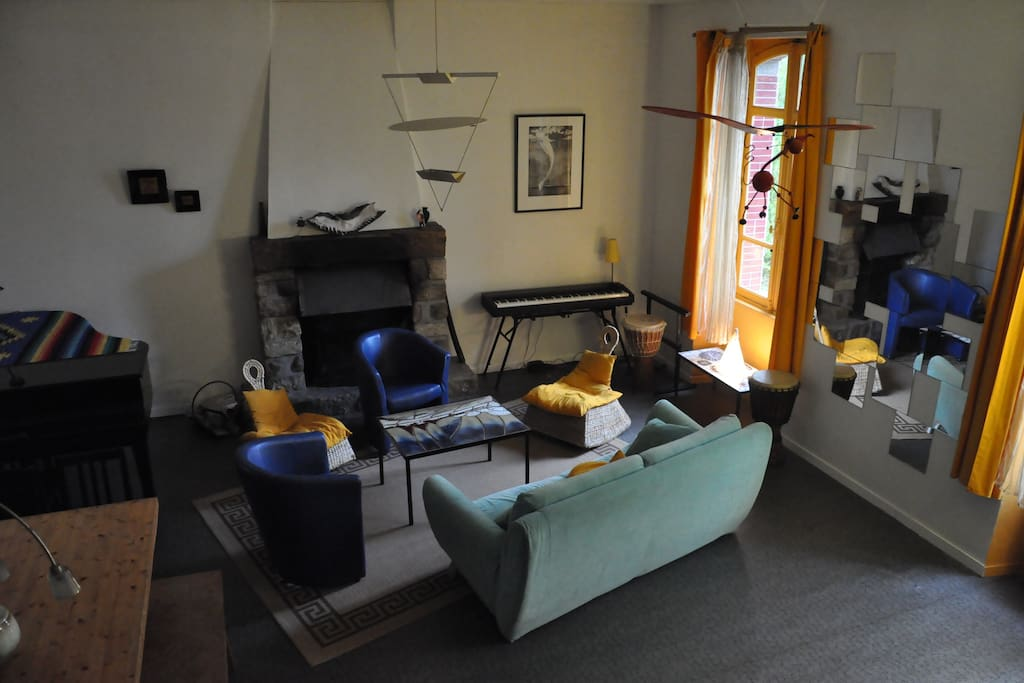 Salon de 40m2 avec piano à queue C3, 1 grande fenêtre au sud, 2 fenêtres au nord