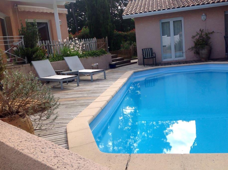 Les bains de soleil aux bords de la piscine