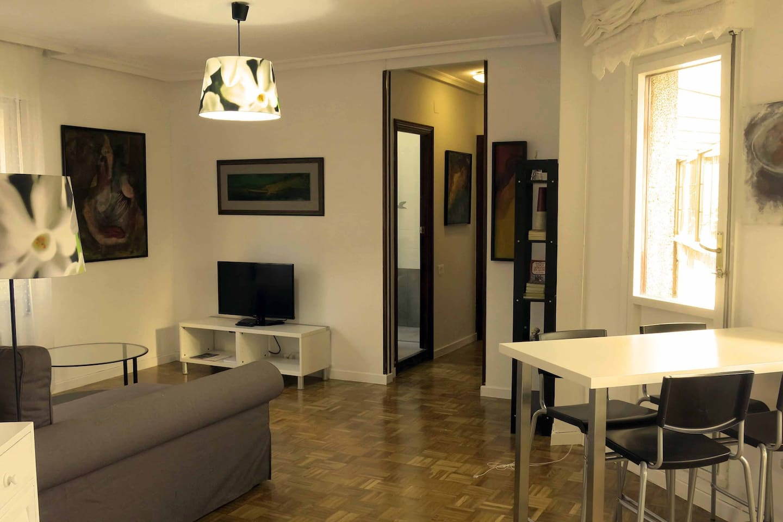 sala con sofa chaise longue y comedor