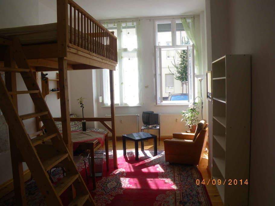 Geräumiges Zimmer mit großen Fenstern