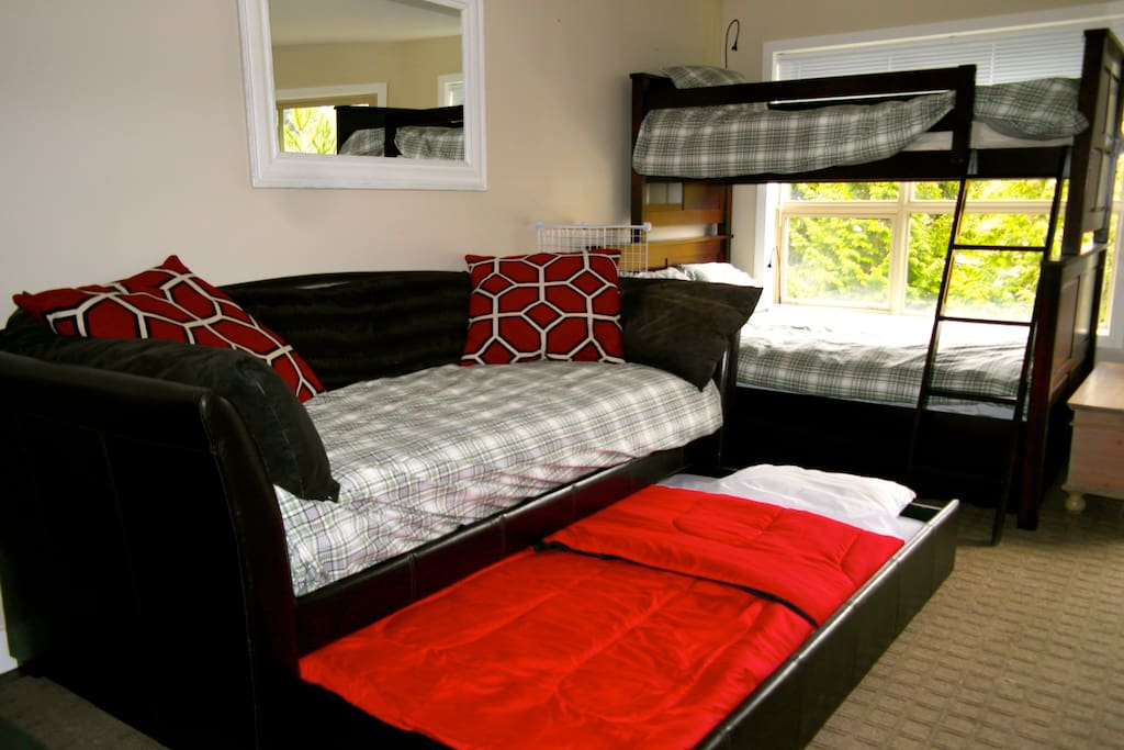 Daybed with trundle rolled out